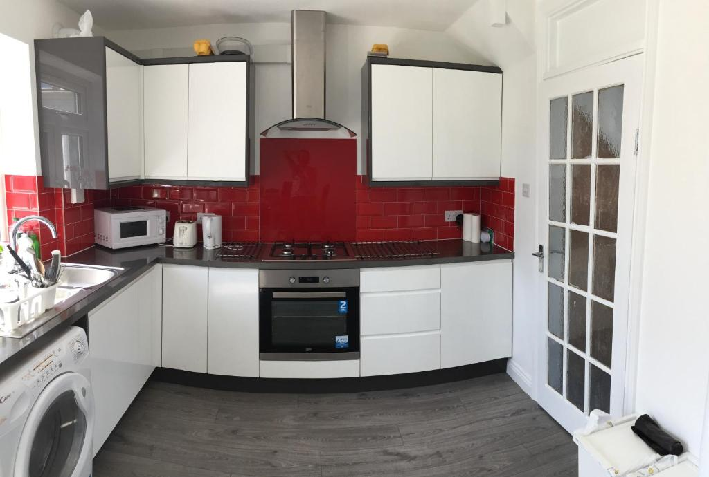 A kitchen or kitchenette at Rushden Vacation Home