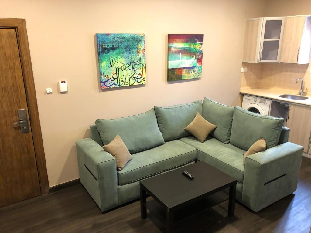 Uma área de estar em Loren Suites