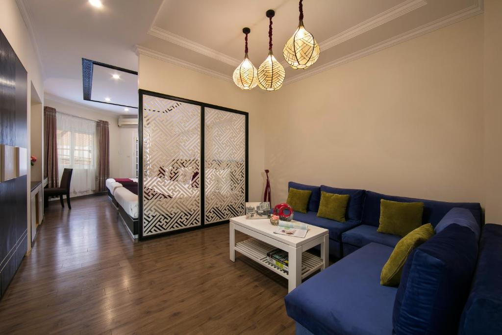 A seating area at Serenity Diamond Hotel