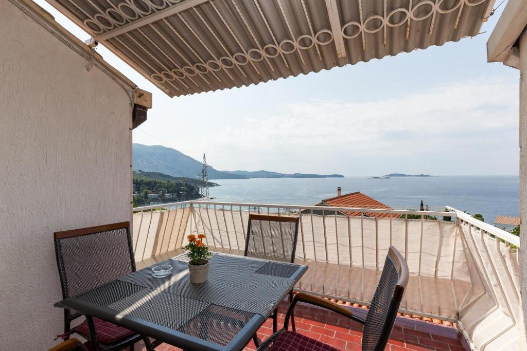 A balcony or terrace at Apartments Kisic