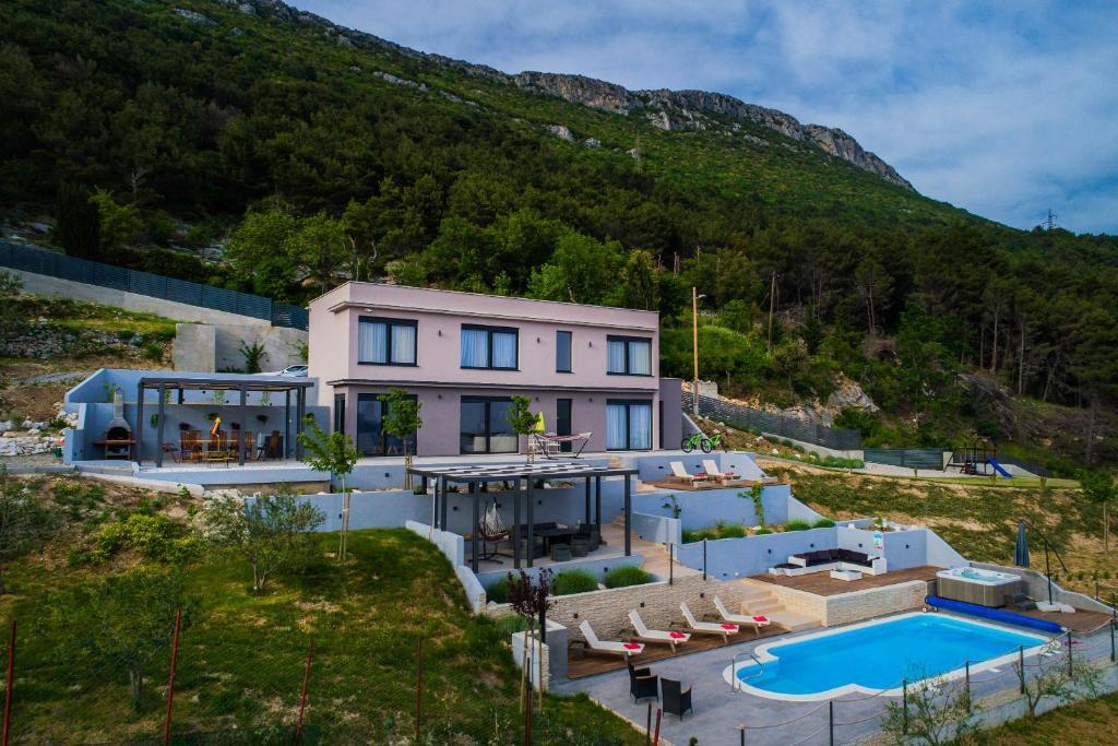Výhled na bazén z ubytování Villa Blue Hill nebo okolí