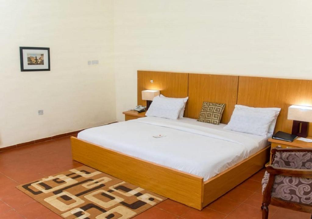 A bed or beds in a room at Qualer Apartments & Hotels