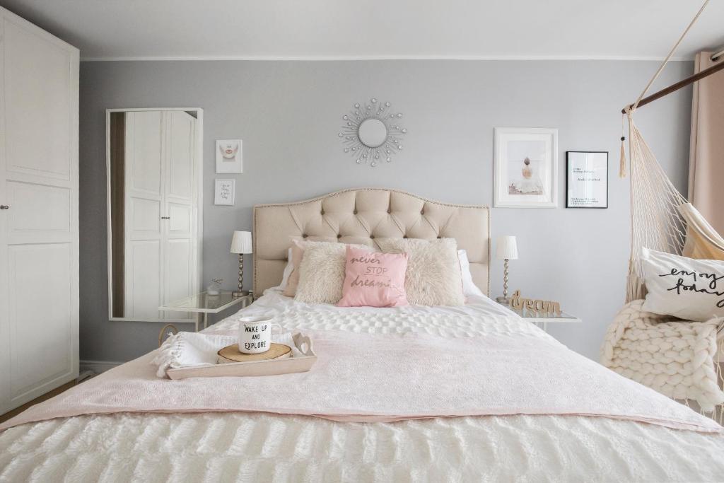 Łóżko lub łóżka w pokoju w obiekcie Scandi Old Town Apartment