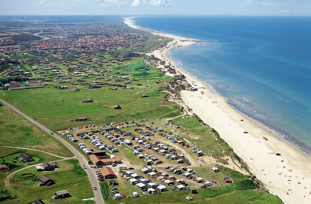 Et luftfoto af Løkken Strand Camping