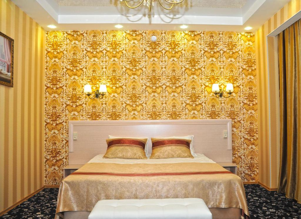 A bed or beds in a room at Kontinent Hotel