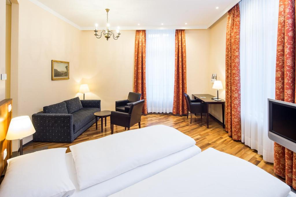 Ein Bett oder Betten in einem Zimmer der Unterkunft Hotel Schweizerhof Basel