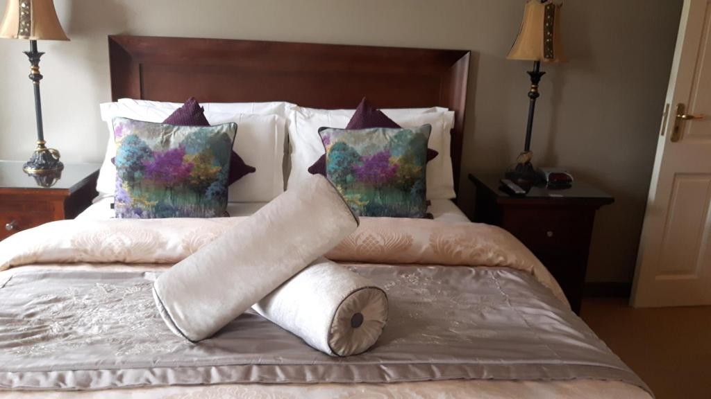 A bed or beds in a room at Almara House