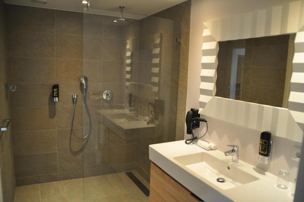 A bathroom at Romantik Parkhotel het Gulpdal