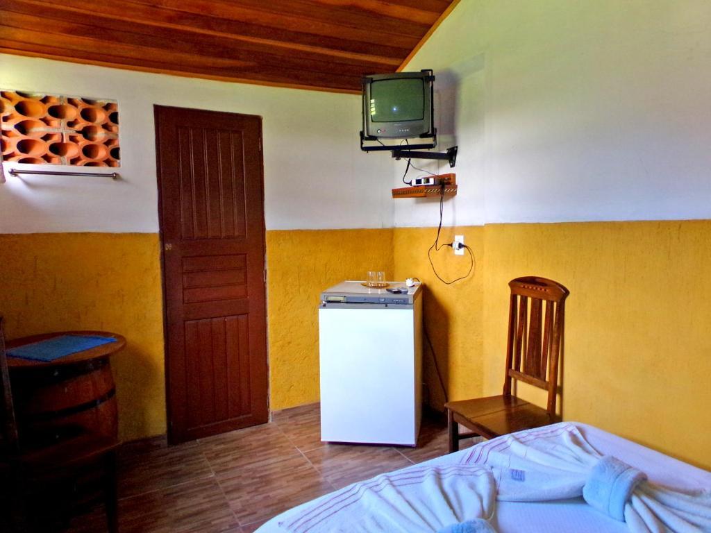 Uma TV ou centro de entretenimento em Quarto Maringá Minas