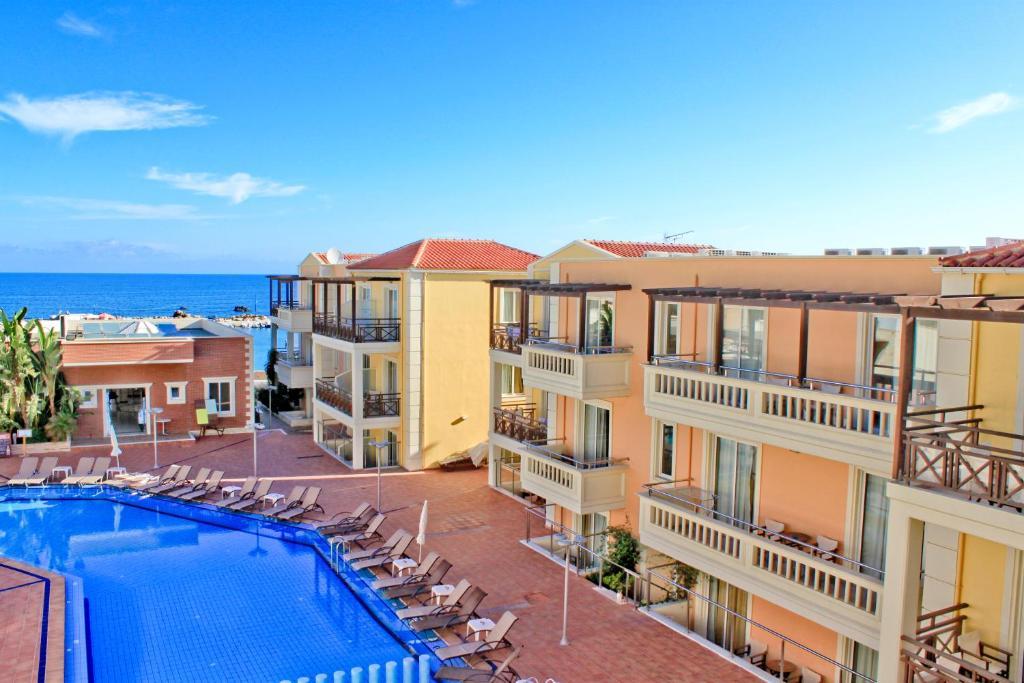 Vista sulla piscina di Porto Kalamaki Hotel o su una piscina nei dintorni