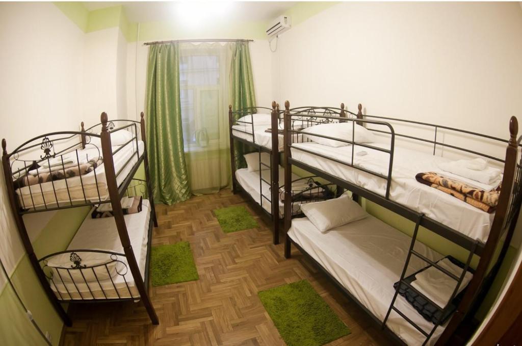 Двухъярусная кровать или двухъярусные кровати в номере Футбольный хостел