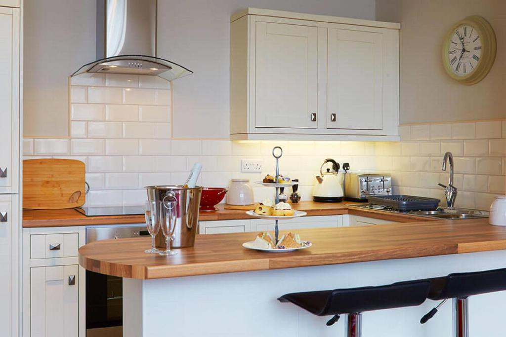 A kitchen or kitchenette at Red Lea Apartments