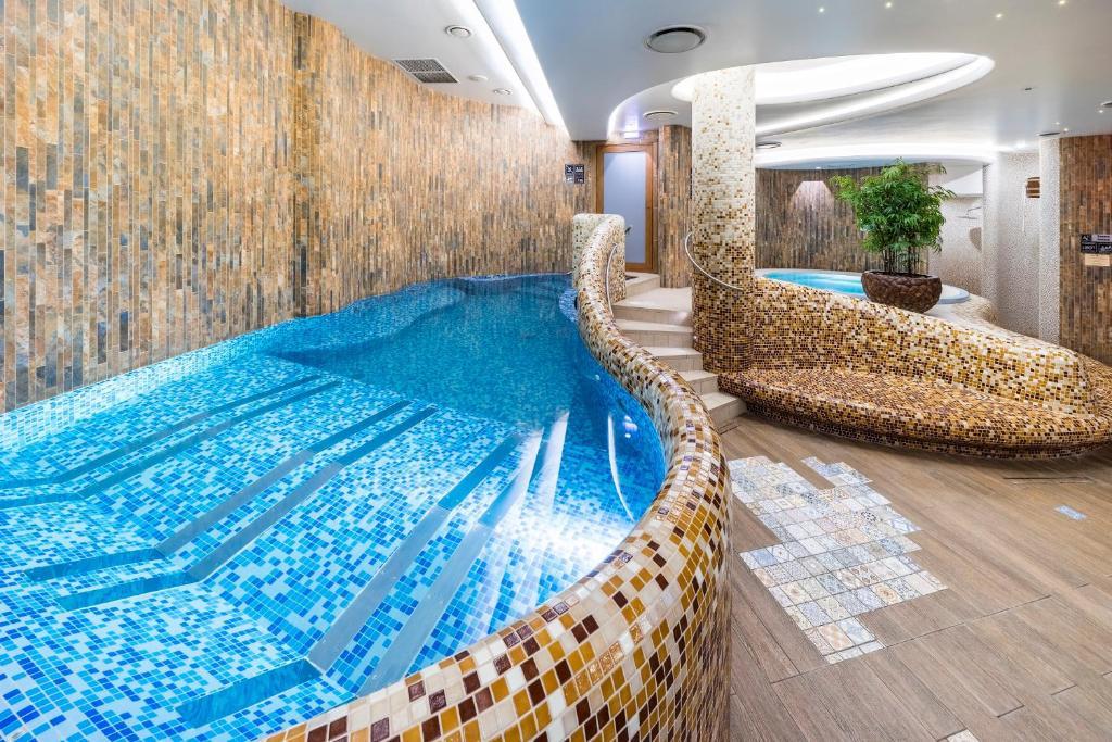 Бассейн в Wellton Riga Hotel & SPA или поблизости