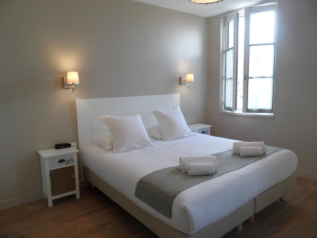 A bed or beds in a room at L'Escale