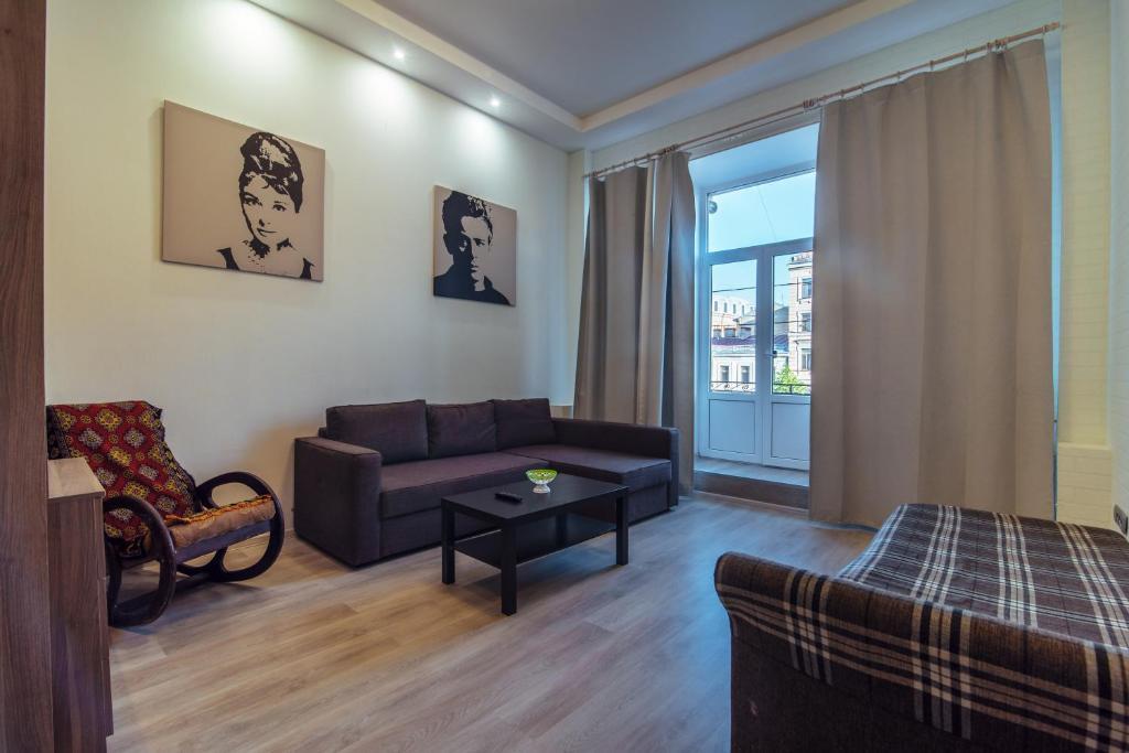 Гостиная зона в RentPiter Griboedova 93 balcony