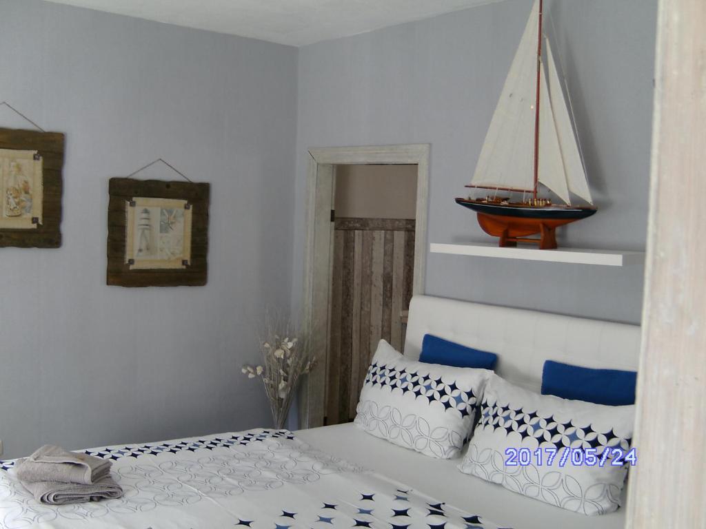 Ein Bett oder Betten in einem Zimmer der Unterkunft Fischerhaus König in Alt Sassnitz