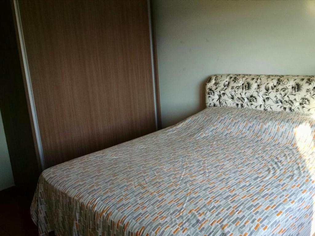 A bed or beds in a room at Apartamento 1 quarto zona 7