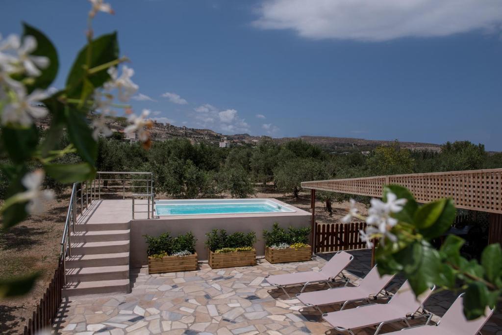 The swimming pool at or close to Amandi Villa