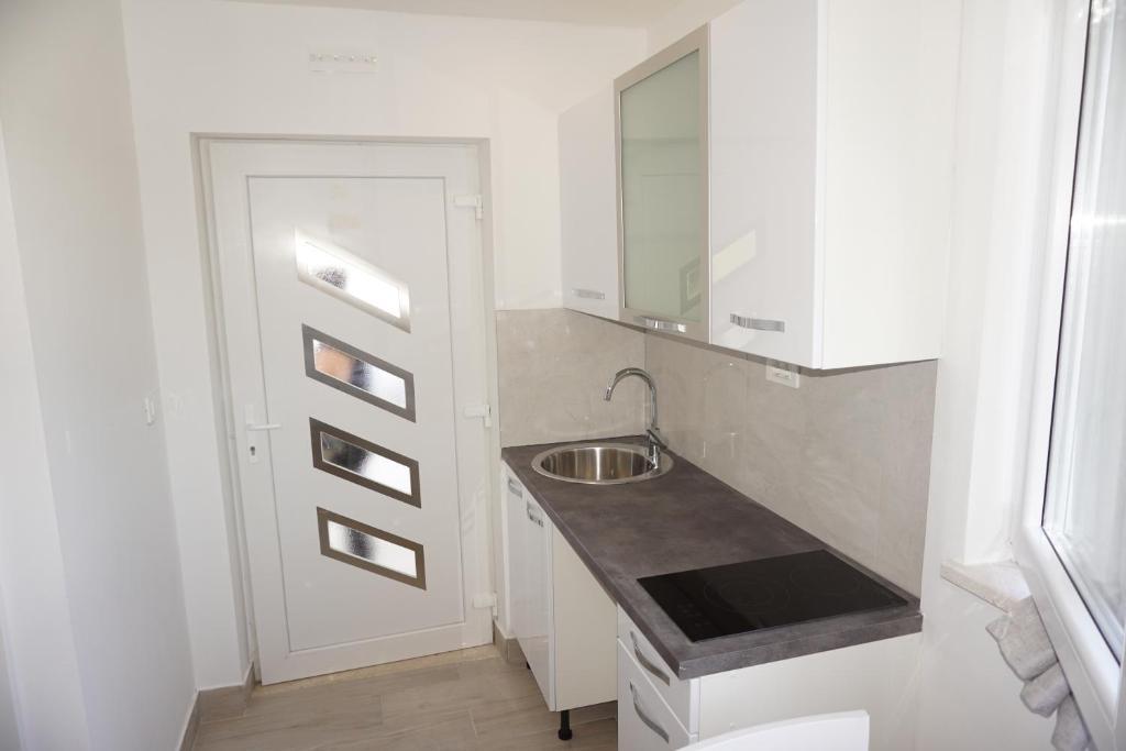A kitchen or kitchenette at Studio Kantule