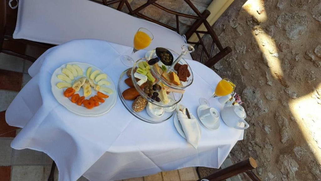 Breakfast options available to guests at Petrino
