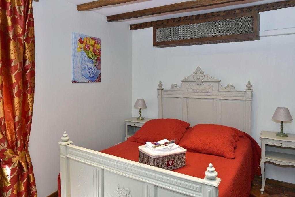 A bed or beds in a room at Un Mas en Ville