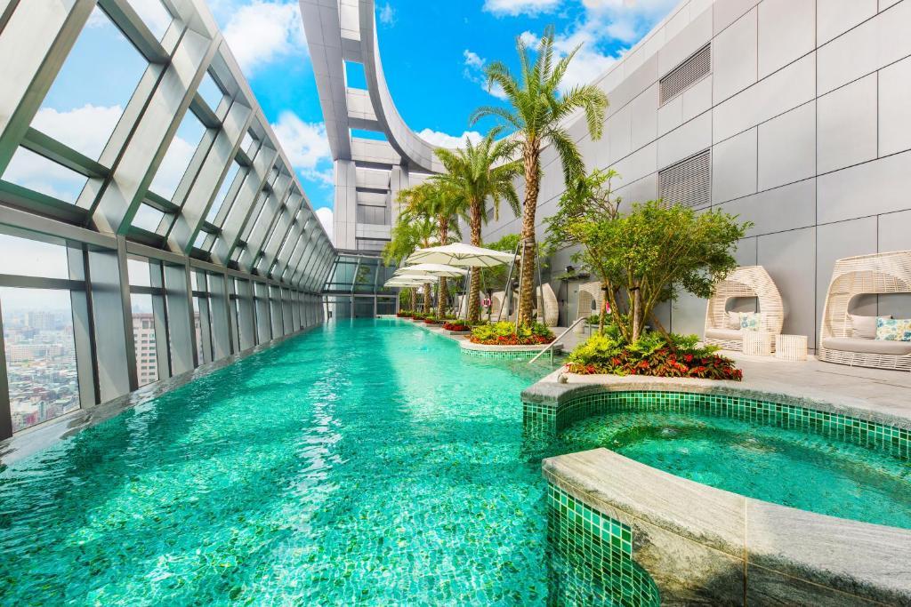 板橋凱撒大飯店 游泳池或附近泳池