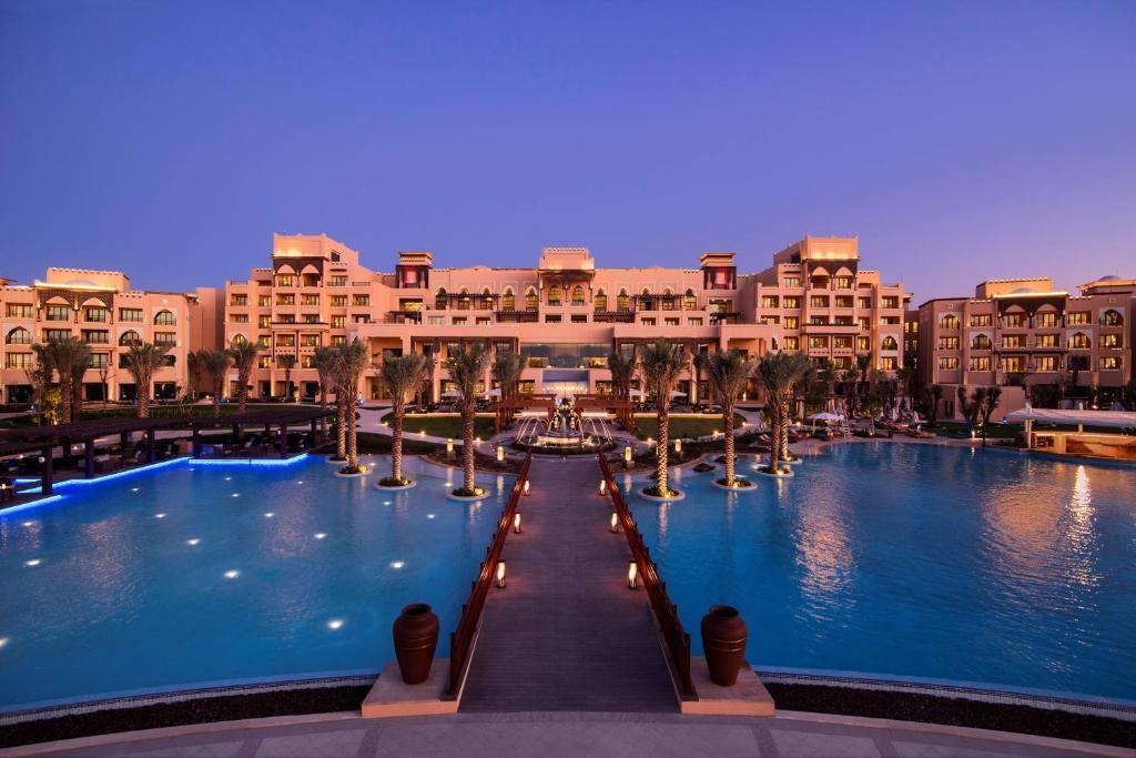 المسبح في Saadiyat Rotana Resort and Villas أو بالجوار