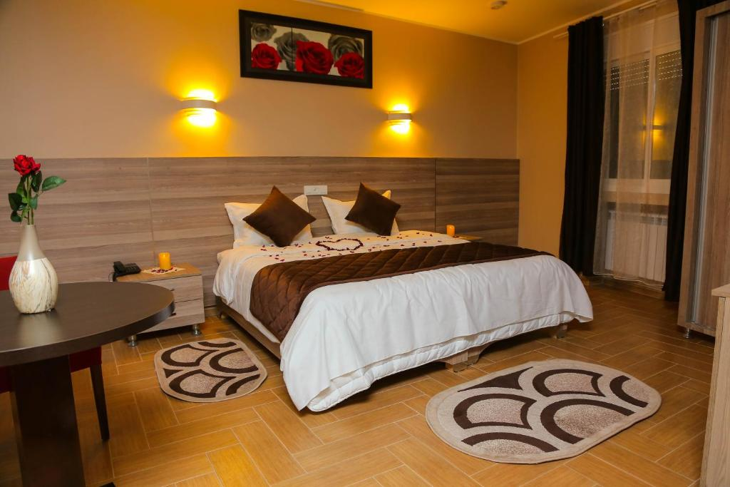 A bed or beds in a room at L'ESCALE HOTEL
