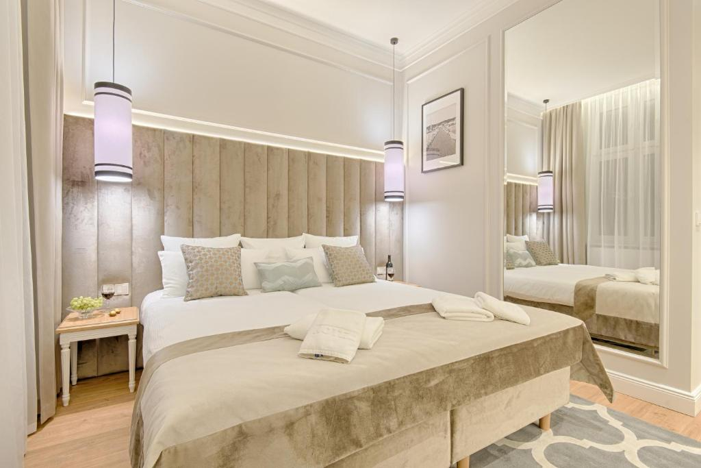 A bed or beds in a room at Apartamenty Molo Residence
