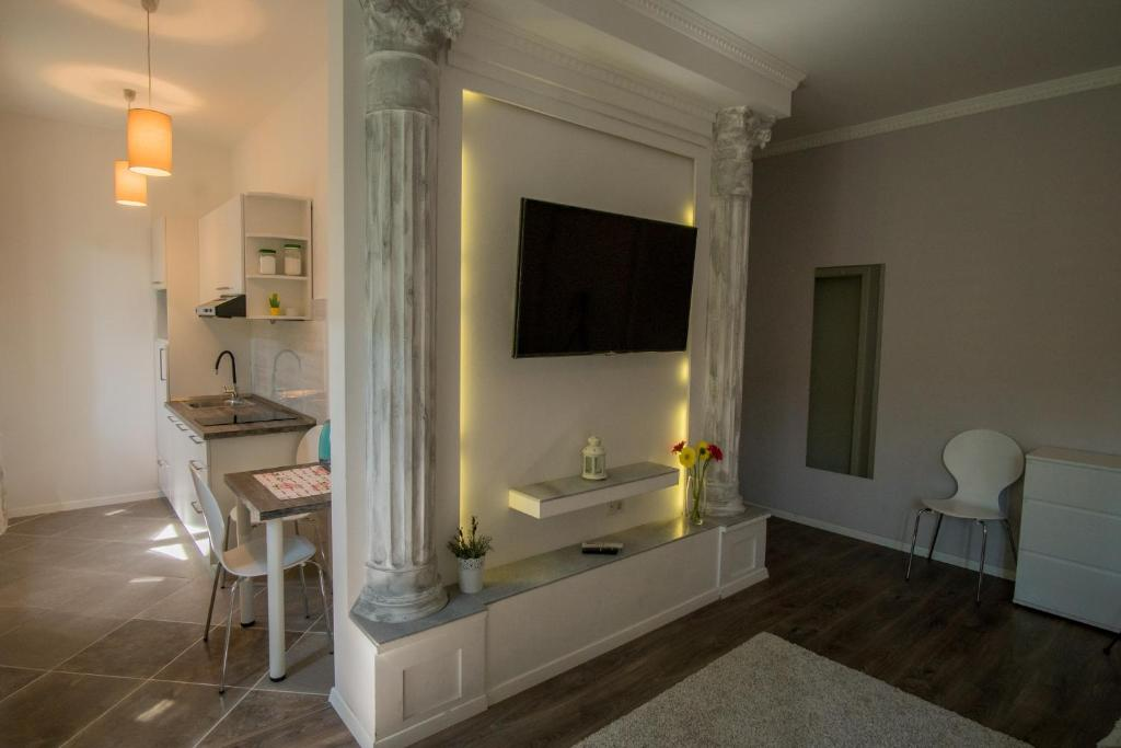A television and/or entertainment centre at JR Luxury Guesthouse
