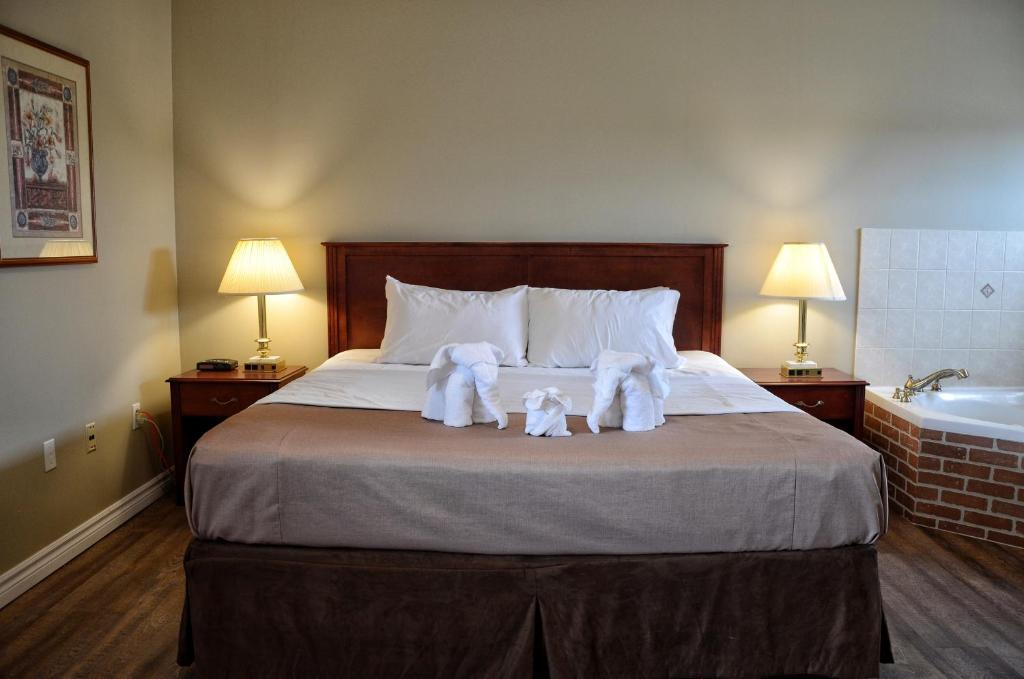 A bed or beds in a room at The Highlander Inn