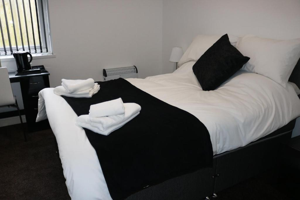 A bed or beds in a room at Moorside Lodge