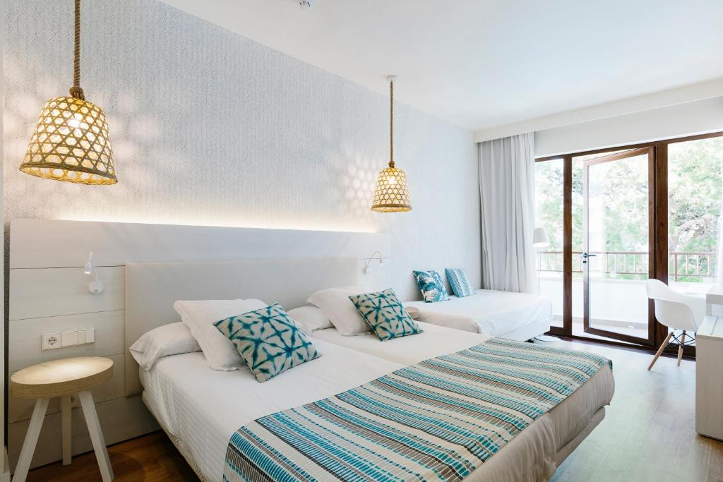 A bed or beds in a room at Alua Hotel Miami Ibiza