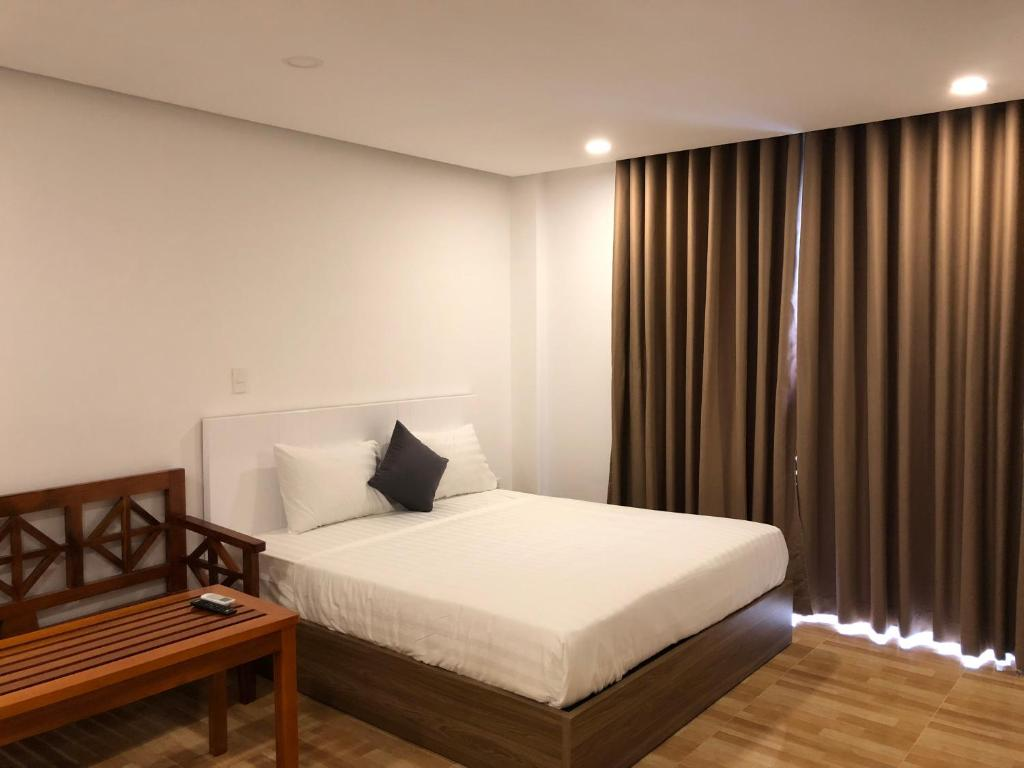 A bed or beds in a room at RedDoorz near Cho Xom Moi Nha Trang