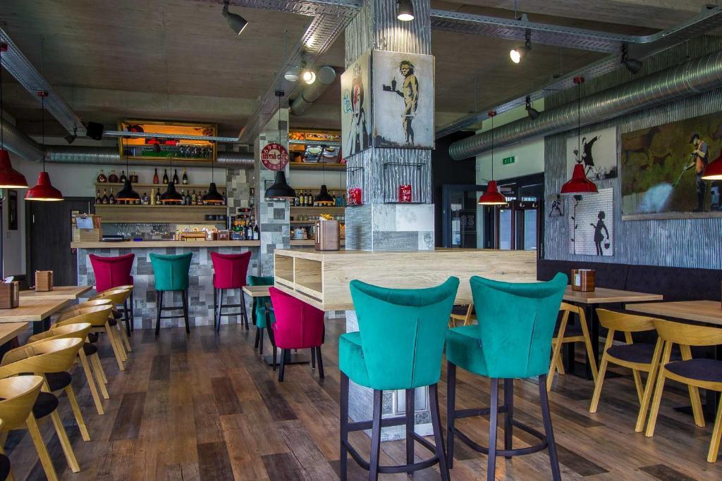Reštaurácia alebo iné gastronomické zariadenie v ubytovaní HOTEL 63