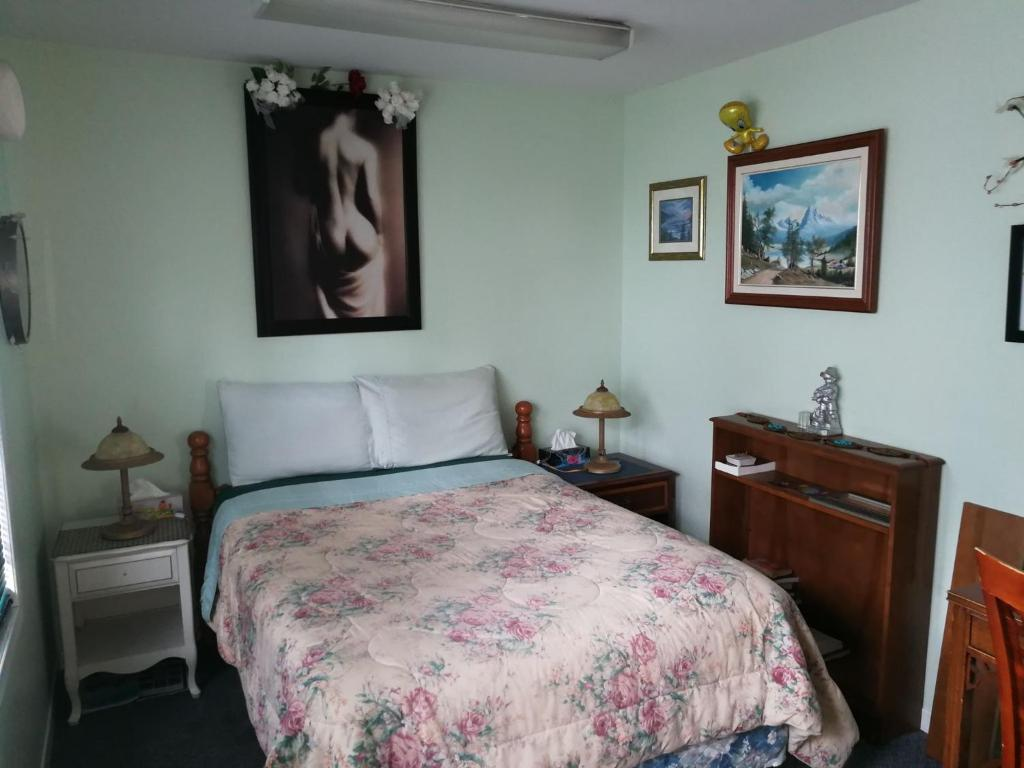 A bed or beds in a room at Leah Jane's Bed & Breakfast