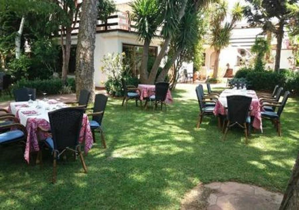 A restaurant or other place to eat at B&B Arechi