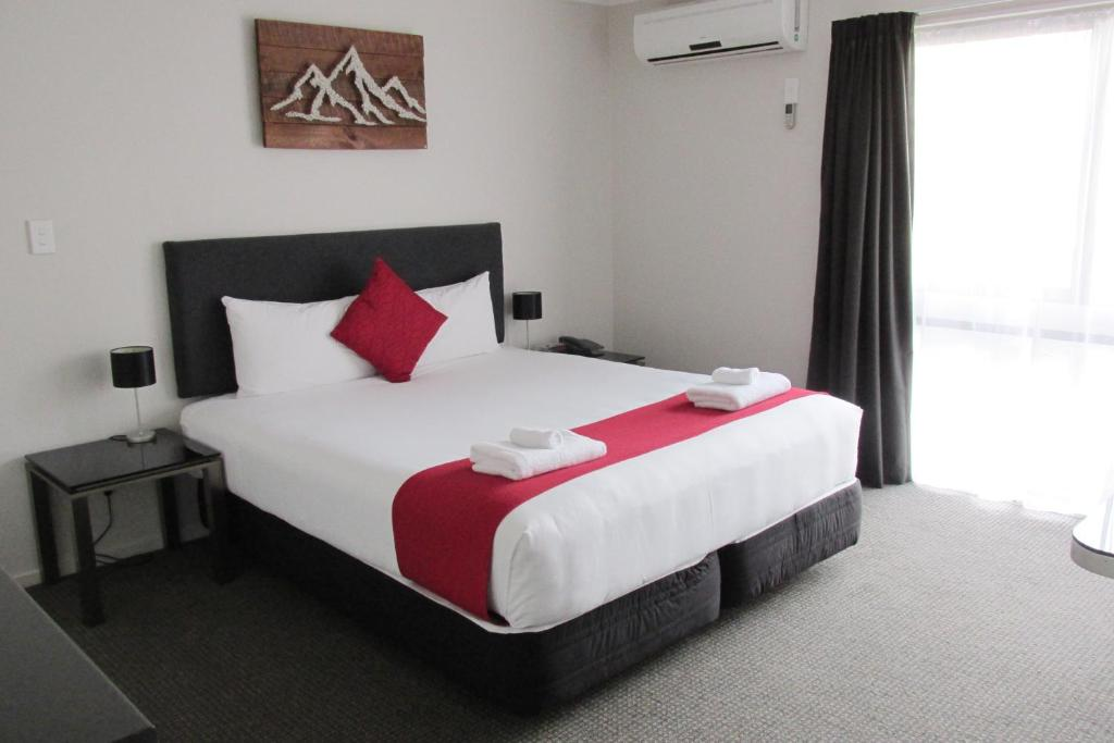 A bed or beds in a room at 136 On Bealey Motel