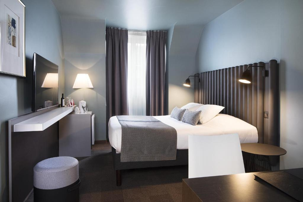 A bed or beds in a room at Hôtel Diana Dauphine