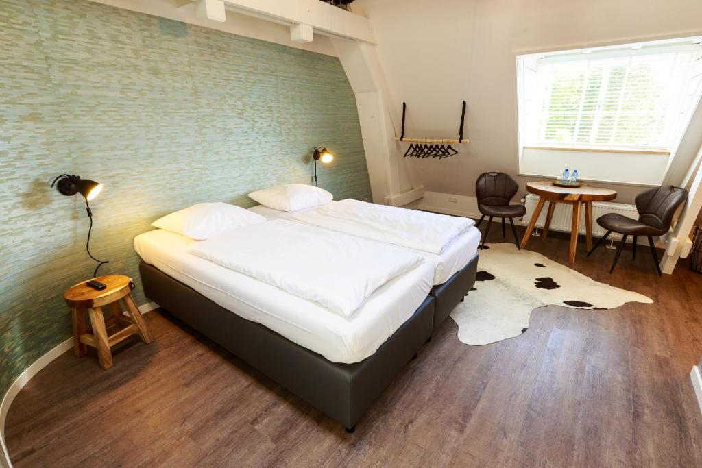 A bed or beds in a room at B&B Landgoed De Grote Beek