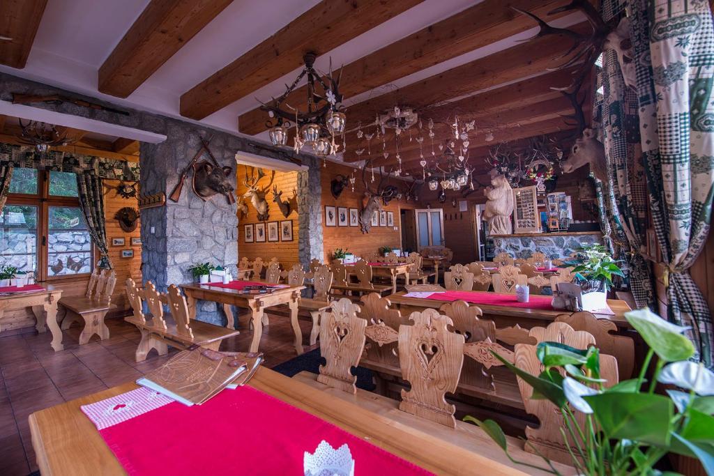 Un restaurant u otro lugar para comer en Mountain Hotel Bilíkova Chata