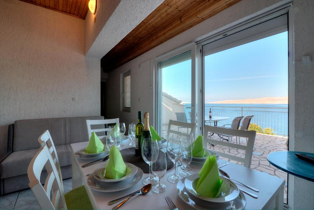 Ein Restaurant oder anderes Speiselokal in der Unterkunft Senj Apartment
