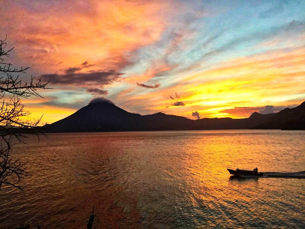 De zonsopgang of zonsondergang vanuit de lodge