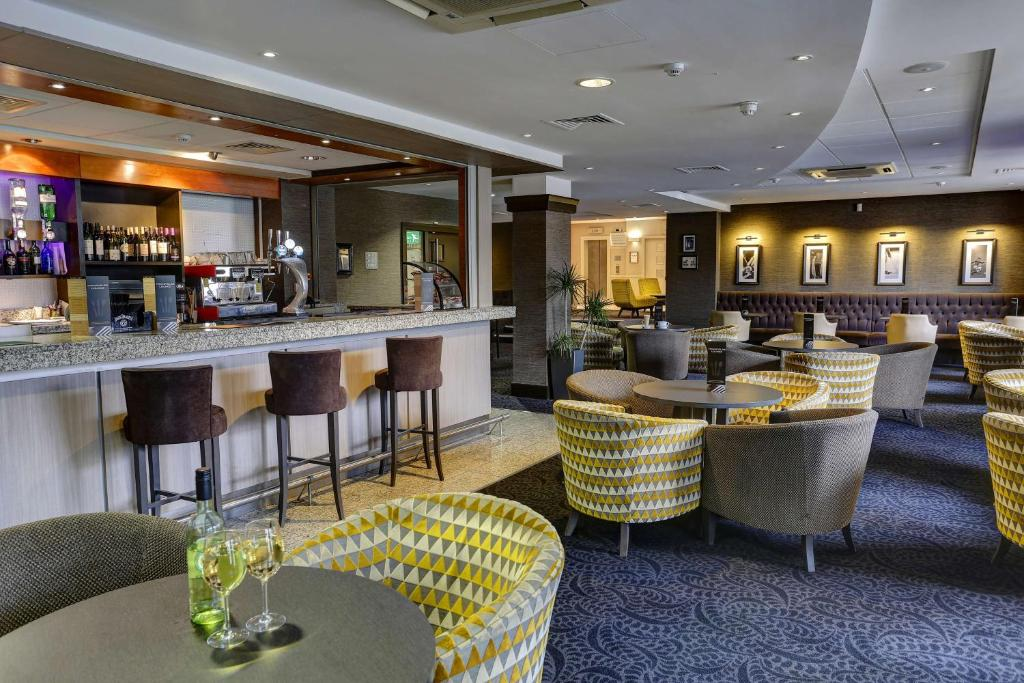 The lounge or bar area at Best Western Manchester Altrincham Cresta Court Hotel