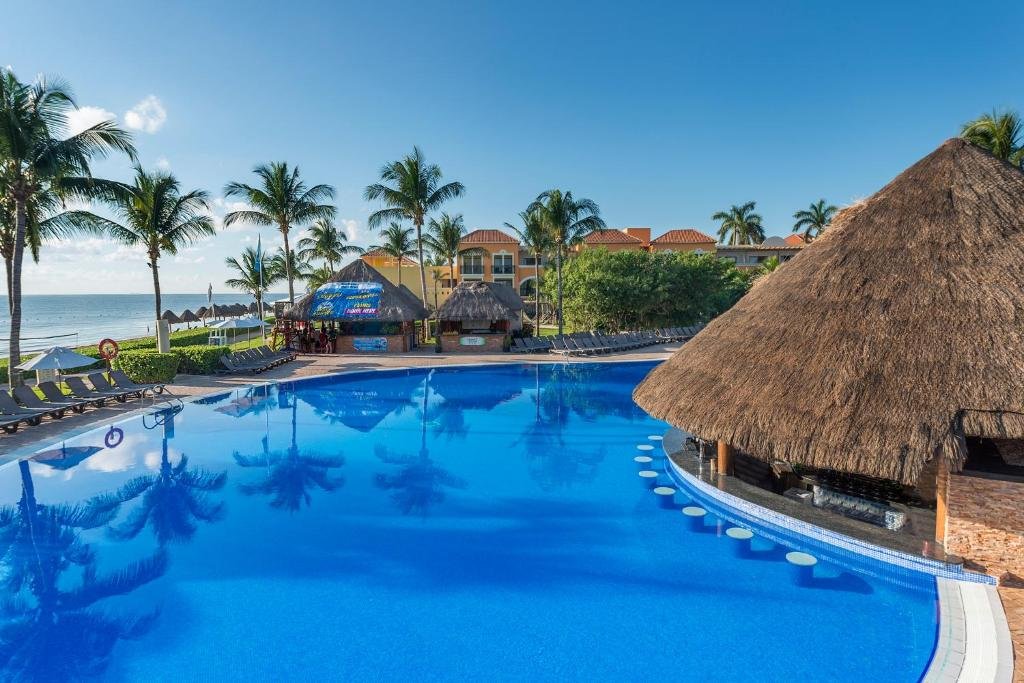 Het zwembad bij of vlak bij Ocean Coral & Turquesa All Inclusive