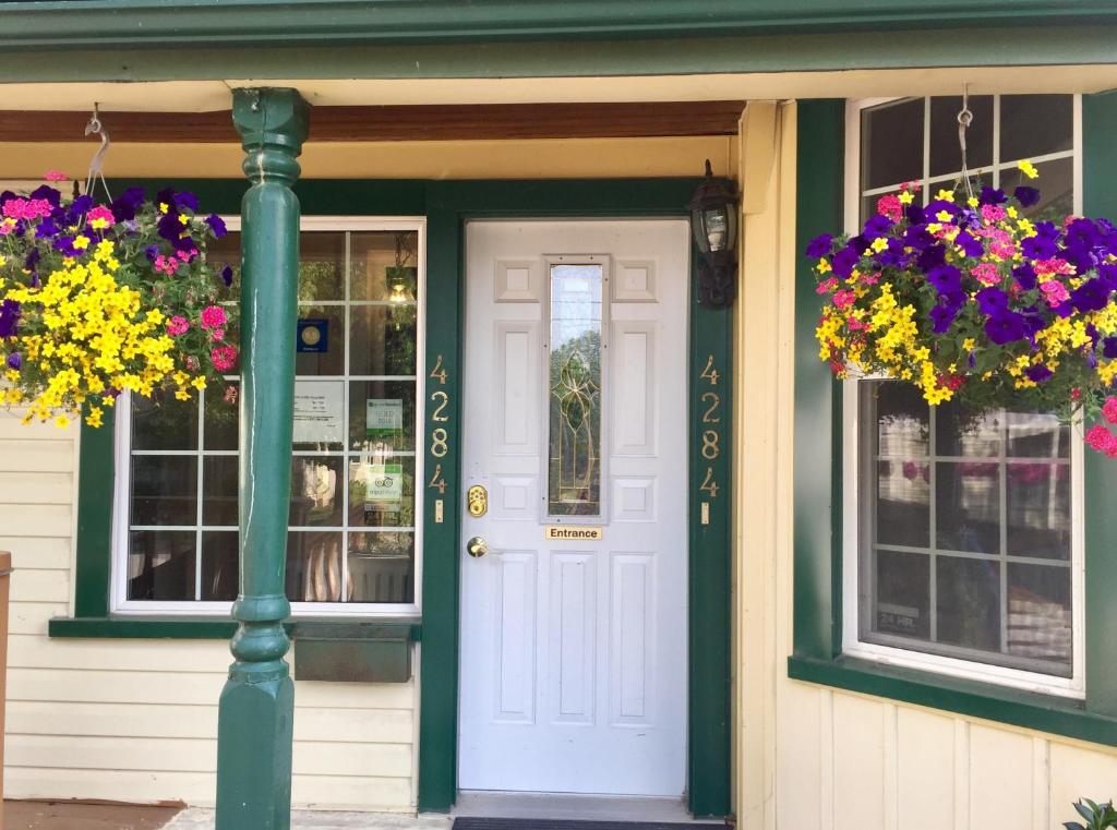 The facade or entrance of Ellis House Bed & Breakfast