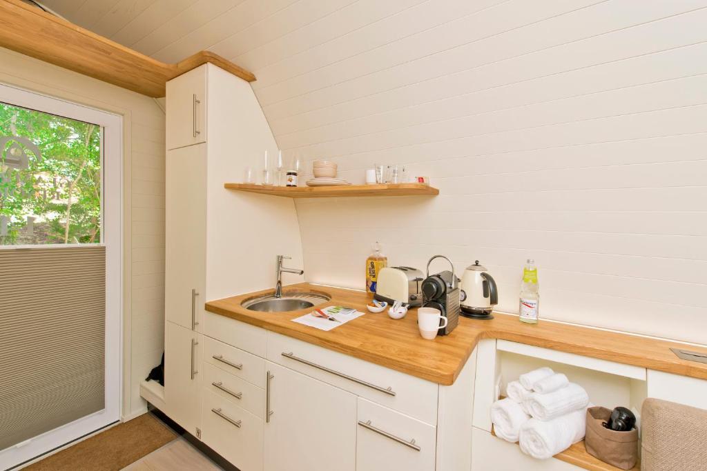 Küche/Küchenzeile in der Unterkunft Glamping Resort Biosphäre Bliesgau