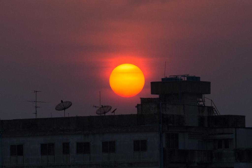 De zonsopgang of zonsondergang vanuit het aparthotel