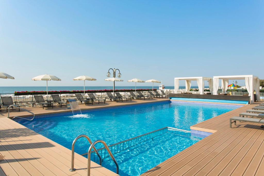 The swimming pool at or near Hotel Victoria Frontemare