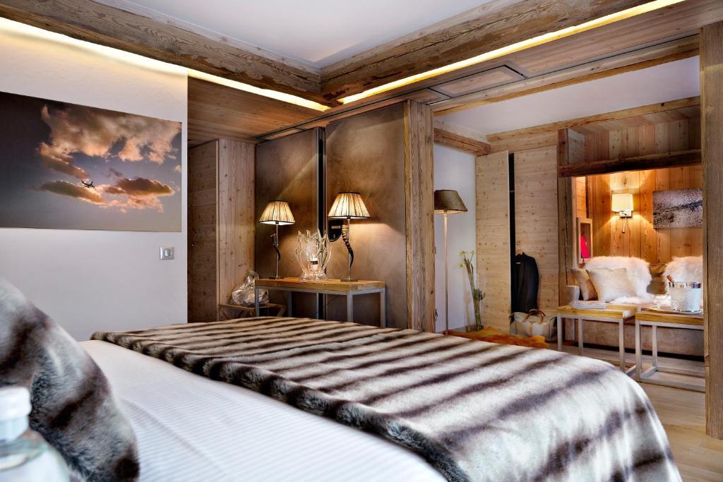 A bed or beds in a room at Au Coeur du Village